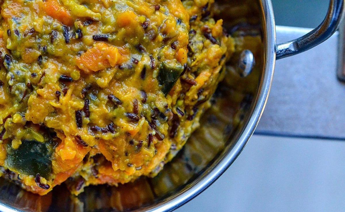 Curry d'aubergines et patates douces à la purée crue noix de cajou