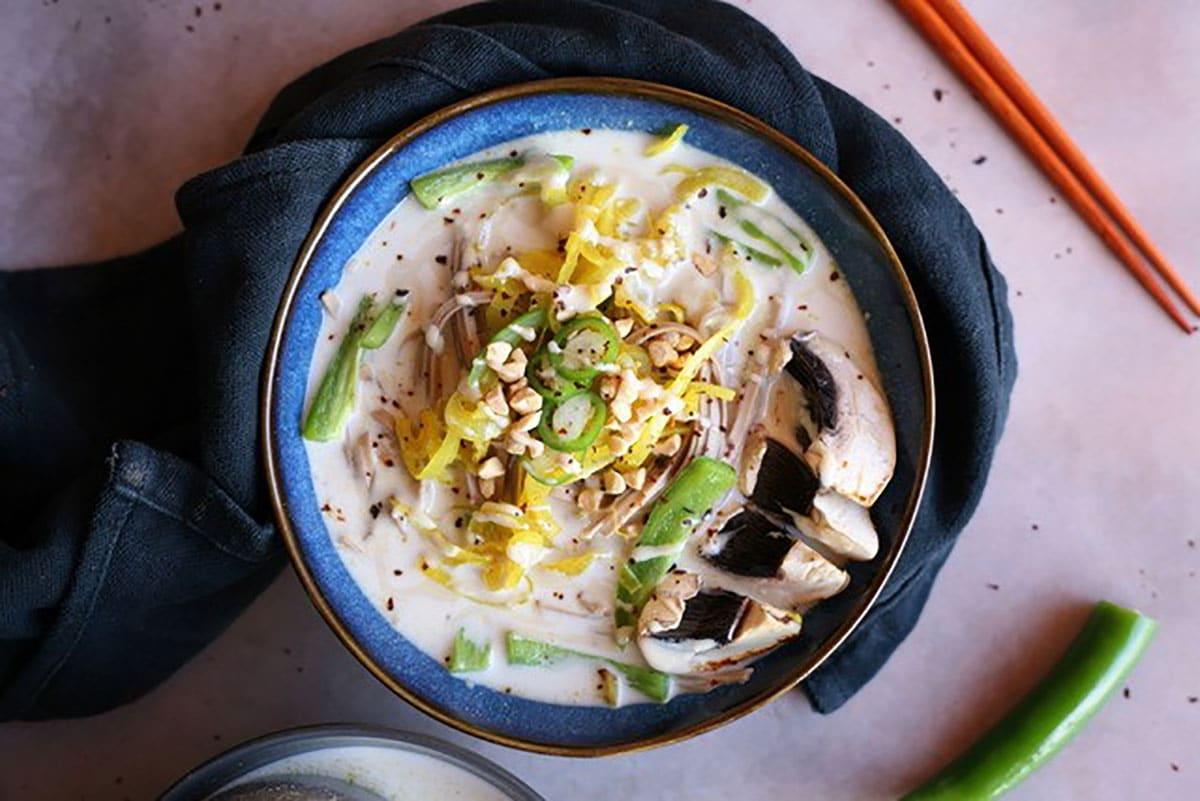 Bouillon de légumes croquants à la purée Amande-Coco by plante ton assiette